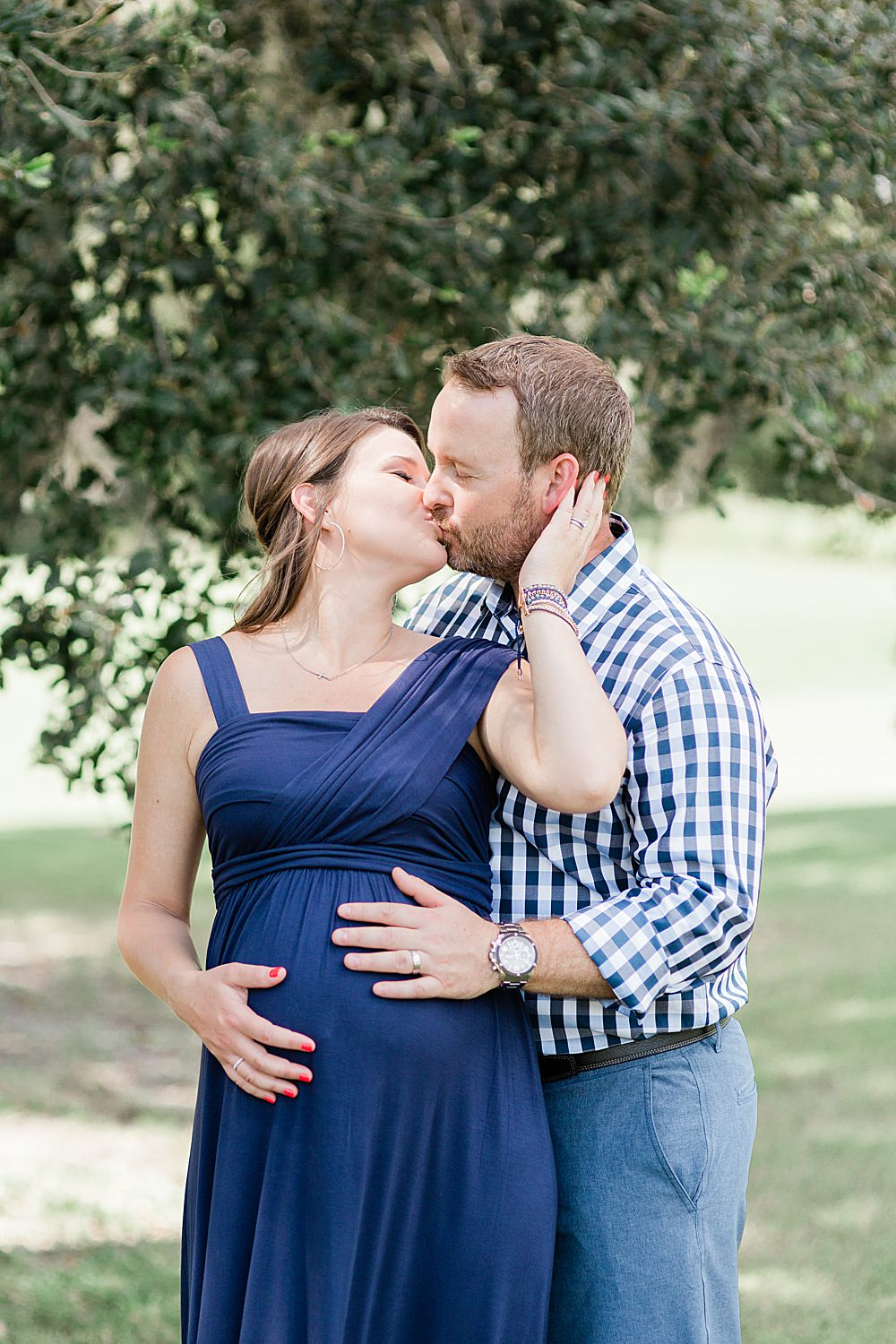 Maternity photos of Mom and Dad kissing
